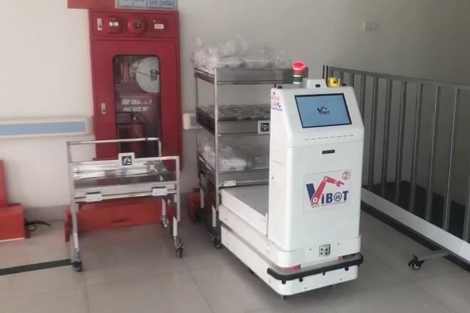 Xem robot đưa cơm, phát thuốc cho bệnh nhân Covid-19 ở tâm dịch Bắc Giang - ảnh 1