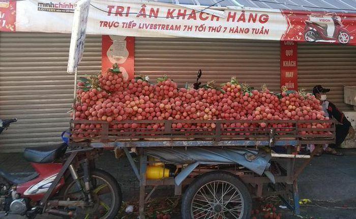 Vải thiều tràn ngập thị trường trái cây TP HCM - ảnh 1