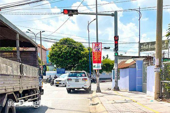 Cần phạt nghiêm xe ô tô vượt đèn đỏ - ảnh 1