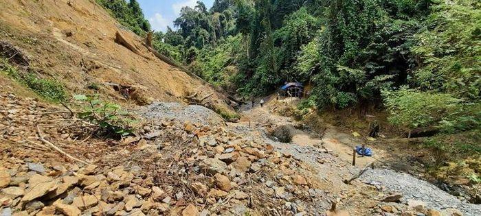 Quảng Nam: Dùng 6 tấn thuốc nổ đánh sập các hầm vàng trái phép - ảnh 1