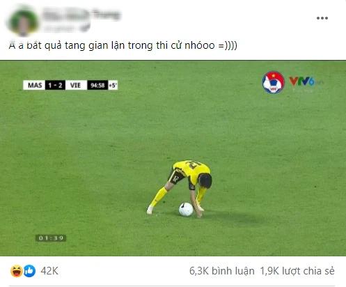 """Khoảnh khắc cầu thủ Malaysia ăn gian bị dân mạng """"tia trúng"""", tóm gọn trong 1 lời phân tích siêu gắt! - ảnh 1"""