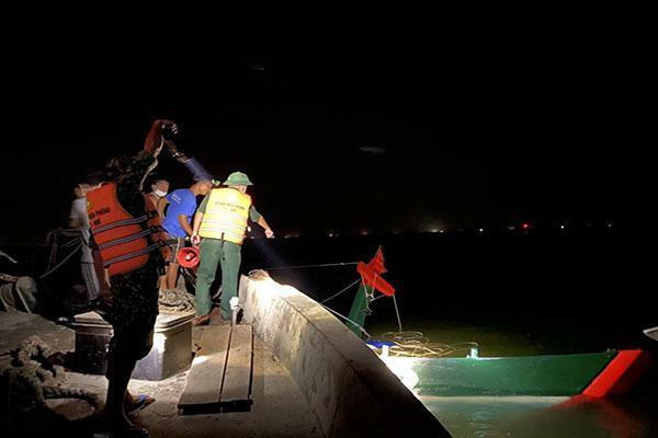 Huế: Tàu cá chở 20 tấn hải sản bị sà lan đâm chìm ở cửa biển, một ngư dân bị thương nặng