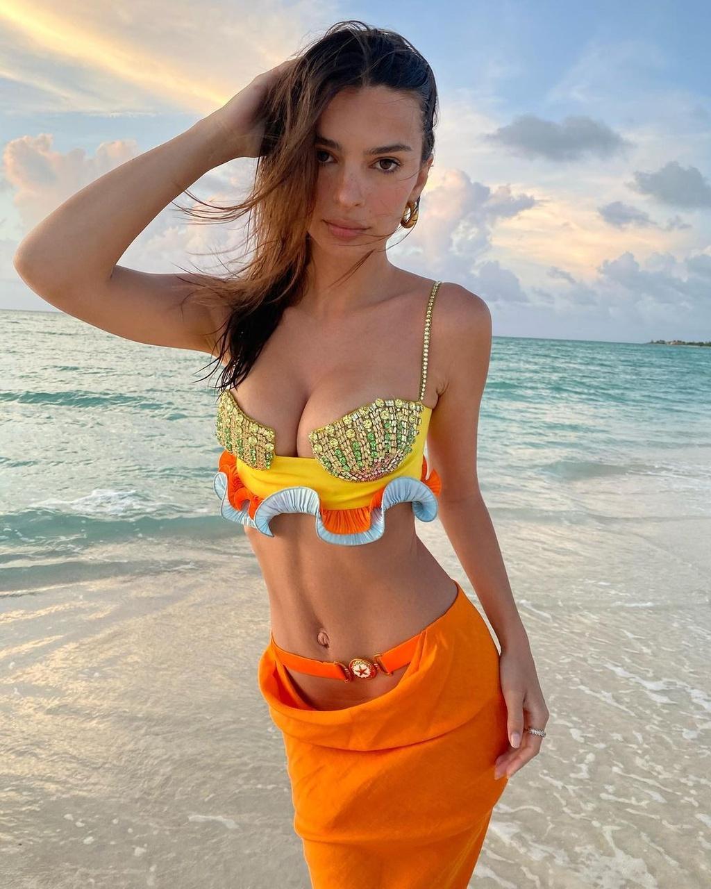 Người mẫu nội y diện váy áo đính đá đón tuổi 30 - ảnh 1