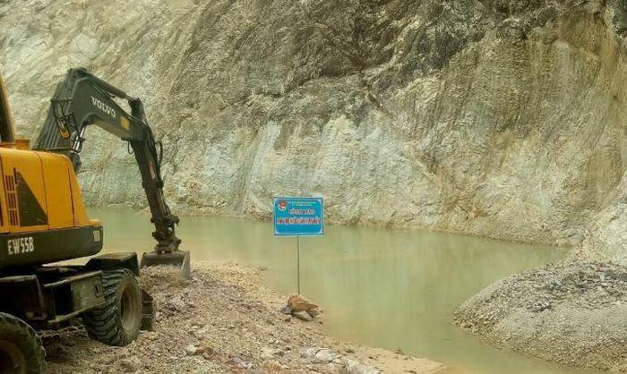 Tiến hành san lấp ''bẫy chết người'' trên triền núi nơi nữ sinh đuối nước tử vong - ảnh 1