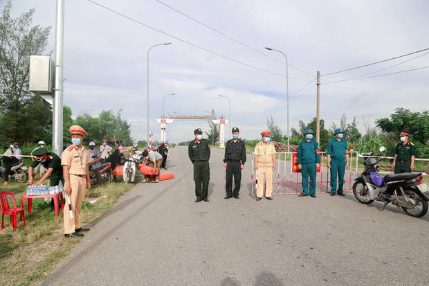 Bị bắt về đồn vì cố tình vượt chốt vào khu vực phong tỏa dịch ở Hà Tĩnh - ảnh 1