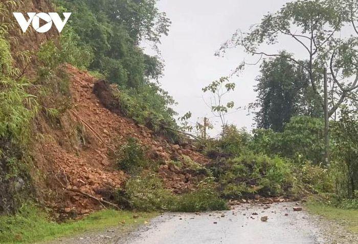 Mưa lớn làm nhiều tuyến đường ở Lai Châu bị sạt lở - ảnh 1