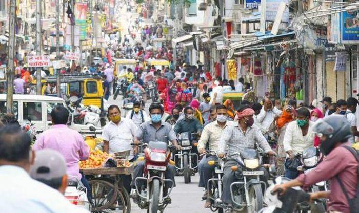 """Sóng COVID-19 """"hạ nhiệt"""", Ấn Độ mở cửa các thành phố lớn"""