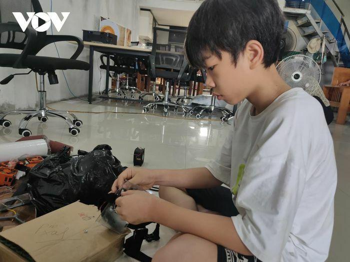 Học sinh lớp 6 làm quạt mini chống nóng cho y bác sĩ vùng tâm dịch - ảnh 1