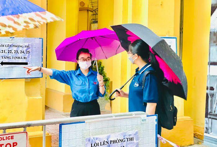 Quận Ba Đình: 24 thí sinh đến sai điểm thi, được xe công vụ đưa đến đúng điểm thi - ảnh 1
