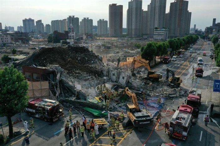 Hàn Quốc: Nhà cao tầng đổ sập xuống xe bus, 17 người thương vong - ảnh 1