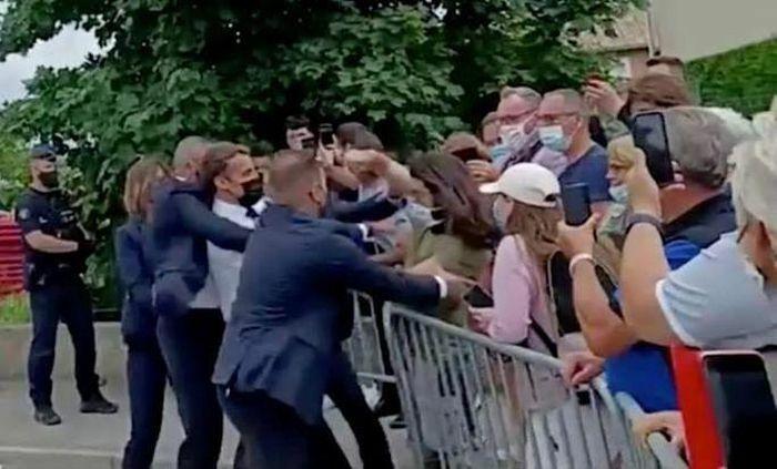 Sốc: Tổng thống Pháp Emmanuel Macron bị tát trong chuyến công du - ảnh 1