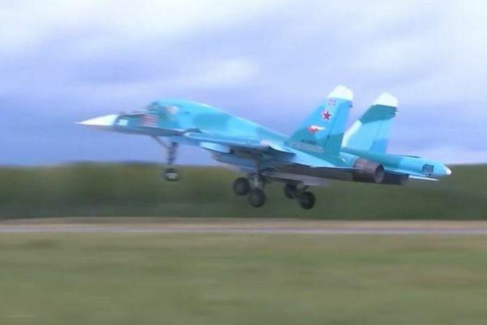 ''Thú mỏ vịt'' Su-34 Nga nhào lộn, nã tên lửa diệt mục tiêu - ảnh 1