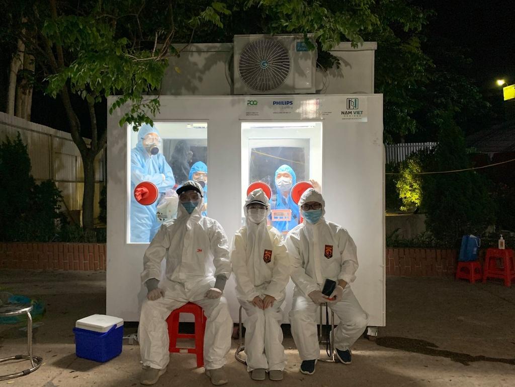 Việt Nam chế được bốt lấy mẫu xét nghiệm Covid-19 gắn máy lạnh, giúp y bác sĩ đỡ cực - ảnh 1