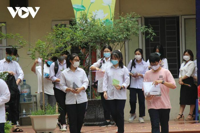 Thi vào 10 ở Hà Nội: Đề tiếng Anh nhẹ nhàng, giáo viên dự báo sẽ nhiều điểm 9, 10 - ảnh 1