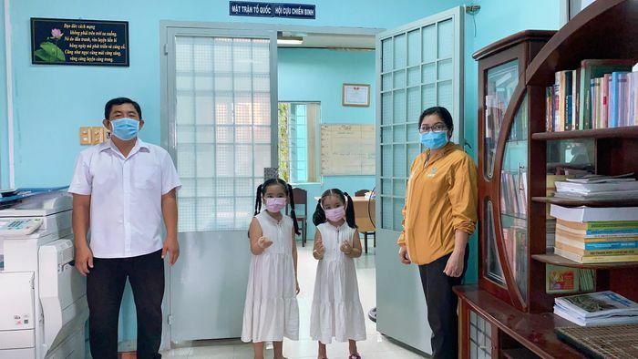 Hai em nhỏ ở TP.HCM mổ heo đất để ủng hộ quỹ vaccine - ảnh 1