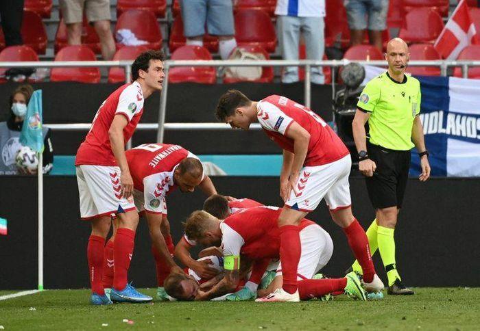 Khoảnh khắc tiền vệ Christian Eriksen đột quỵ trên sân