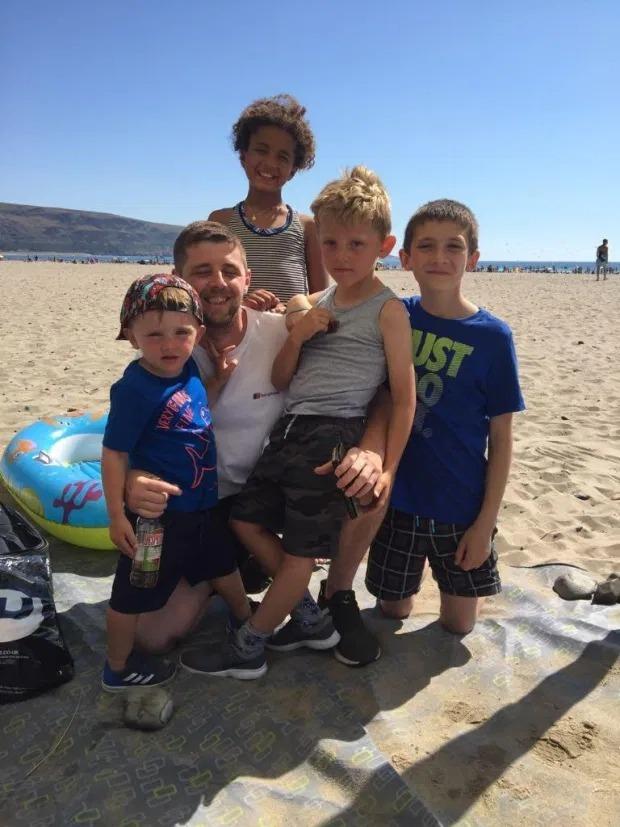 Đưa các con ra bãi biển tổ chức tiệc nướng, ông bố gặp sự cố kinh hoàng đau thấu xương, các gia đình đều phải cảnh giác - ảnh 1