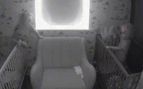 Xem camera trong phòng các con, bố mẹ sững sờ trước hành động của cặp song sinh lúc sáng sớm