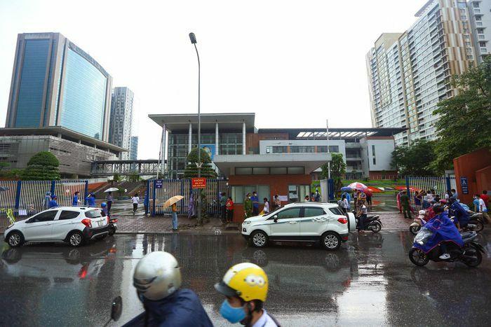 Thí sinh đến điểm thi vào lớp 10 ở Hà Nội trong mưa - ảnh 1