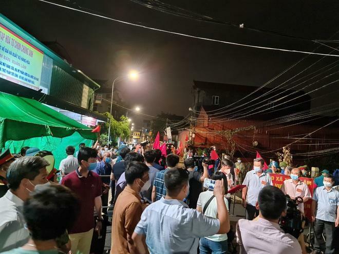 Bắc Ninh: Người dân 3 thôn vẫy cờ hò reo vì được gỡ lệnh cách ly - ảnh 1