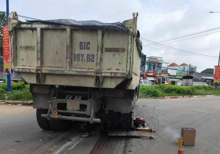 Bình Dương: Xe máy va chạm với xe ben, một người tử vong - ảnh 1