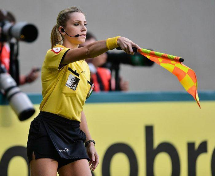 Nữ trọng tài Brazil bị hiểu lầm bắt chính trận Việt Nam gặp Malaysia - ảnh 1