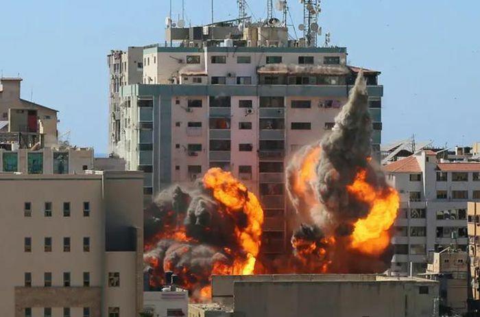 Israel hé lộ vụ không kích phá tòa soạn báo ở Gaza - ảnh 1