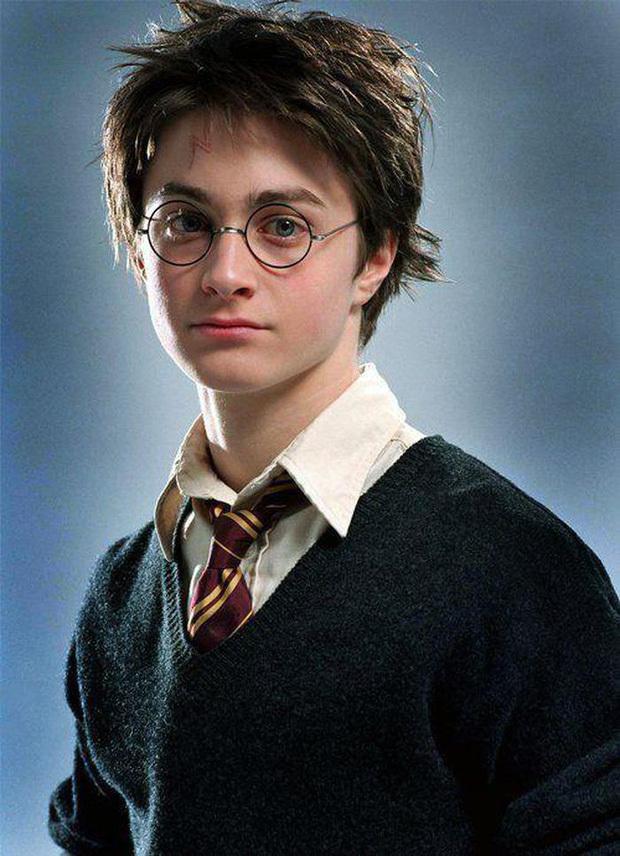 """""""Bóc trần"""" mặt tối dàn sao Harry Potter: Nam chính lợi dụng phim để ngủ với fan, Emma suýt nghỉ quay, 1 người gây sốc vì đi tù 2 năm - ảnh 1"""