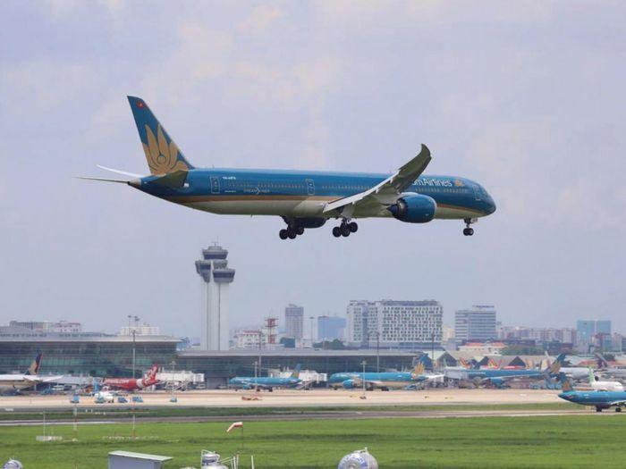Cho phép nối lại các chuyến bay chở người nhập cảnh tại Tân Sơn Nhất và Nội Bài
