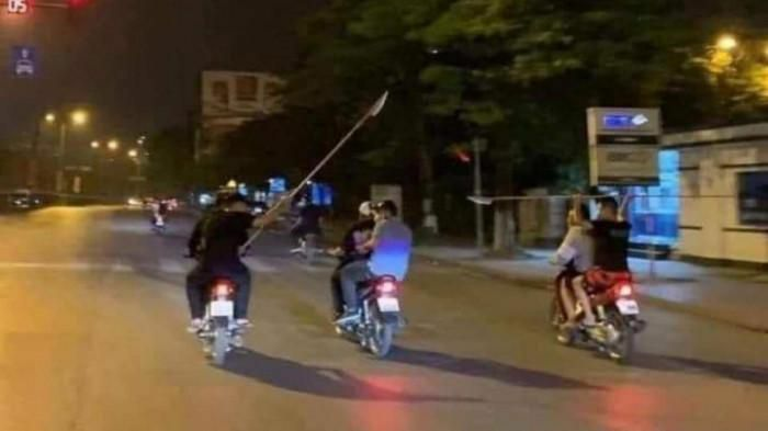 30 thanh thiếu niên mang hung khí truy đuổi nhau gây náo loạn TP Uông Bí - ảnh 1