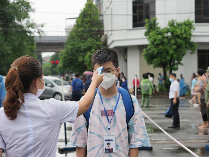 Thí sinh tới phòng thi vào lớp 10 an toàn trong thời tiết mưa mát - ảnh 1
