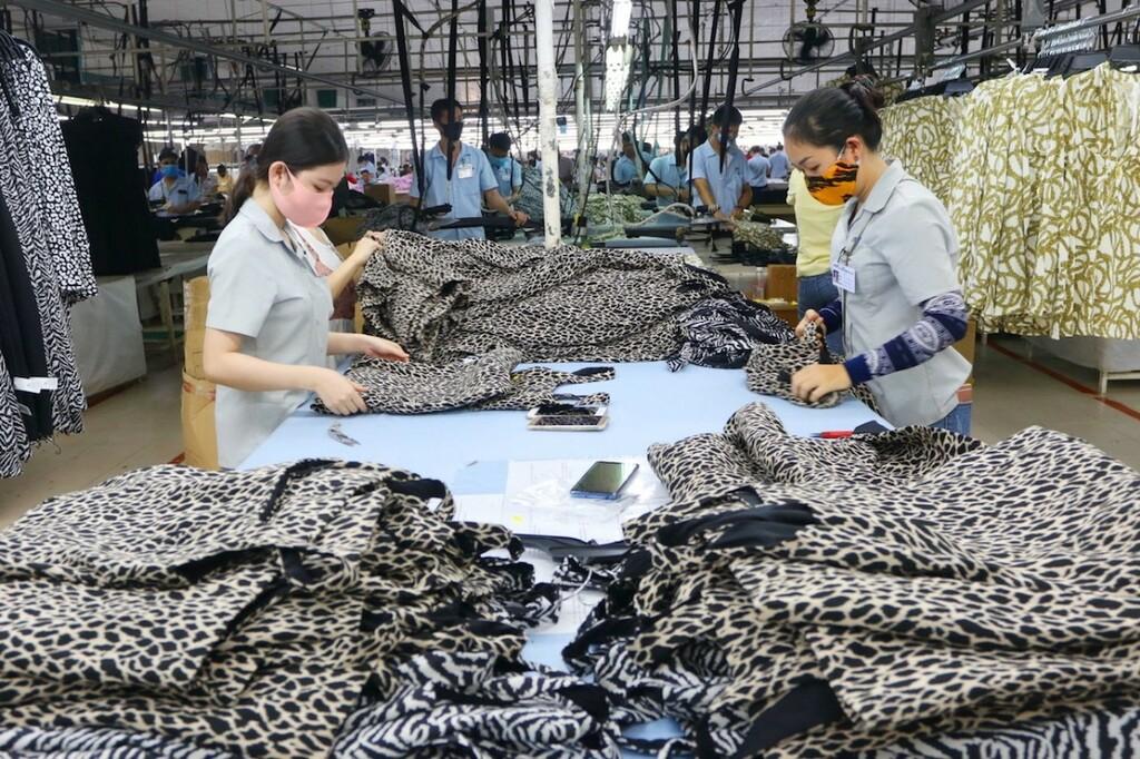 Doanh nghiệp dệt may bám nhà máy, duy trì sản xuất thời đại dịch - ảnh 1