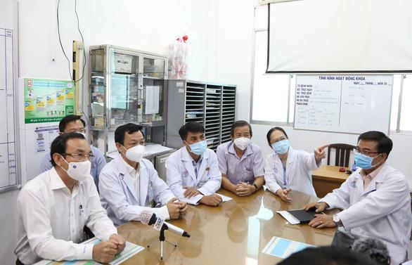 Bí thư Nguyễn Văn Nên thăm hỏi việc điều trị chiến sĩ công an mắc COVID-19