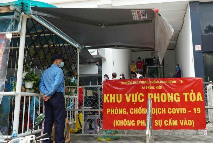 TP.HCM phát hiện một người ở chung cư Phú Hoàng Anh mắc Covid-19 - ảnh 1