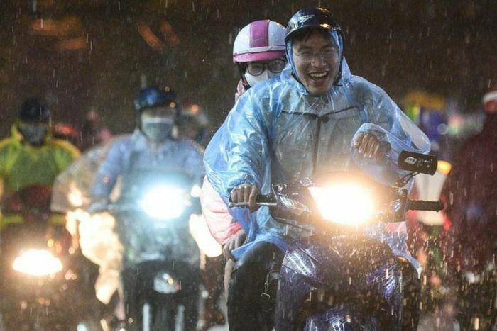 Hà Nội đón 2 đợt mưa lớn liên tiếp - ảnh 1