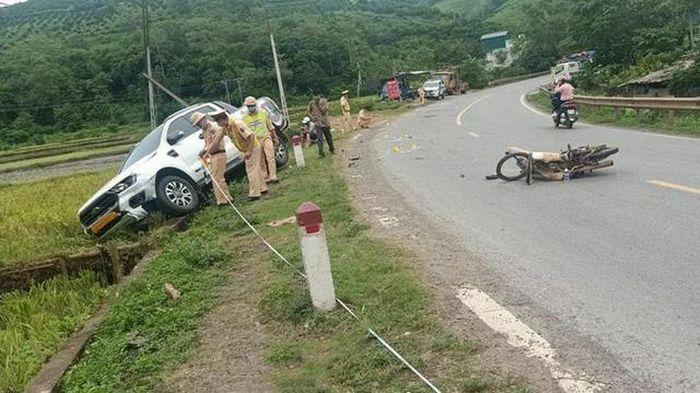 Không đội mũ bảo hiểm chạy xe như bay lấn làn, nam thanh niên nguy kịch sau khi đâm trực diện vào xe bán tải - ảnh 1
