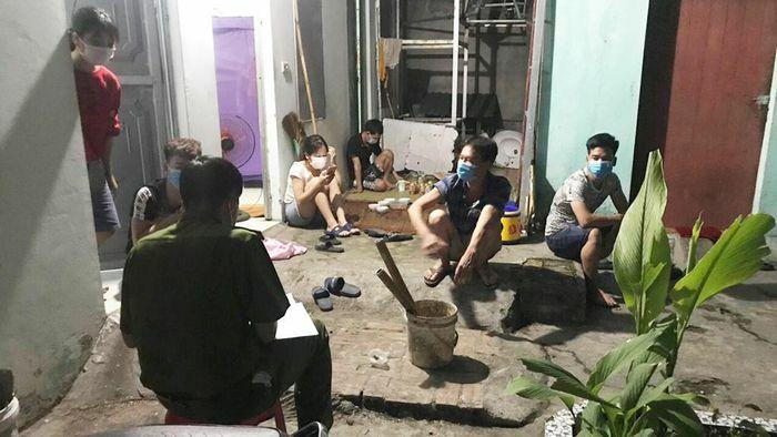Tụ tập uống bia và xem bóng đá, 10 người ở Bắc Giang bị xử lý - ảnh 1