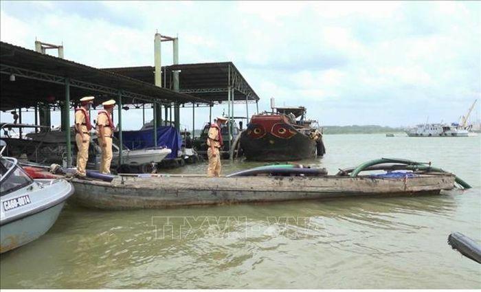 Khai thác cát trái phép ''lộng hành'' trên sông Đồng Nai trong mùa dịch - ảnh 1