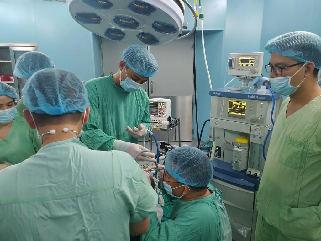 Bệnh viện Trung ương Huế phẫu thuật cứu sống bé trai 2 tuổi bị hóc hạt đậu - ảnh 1