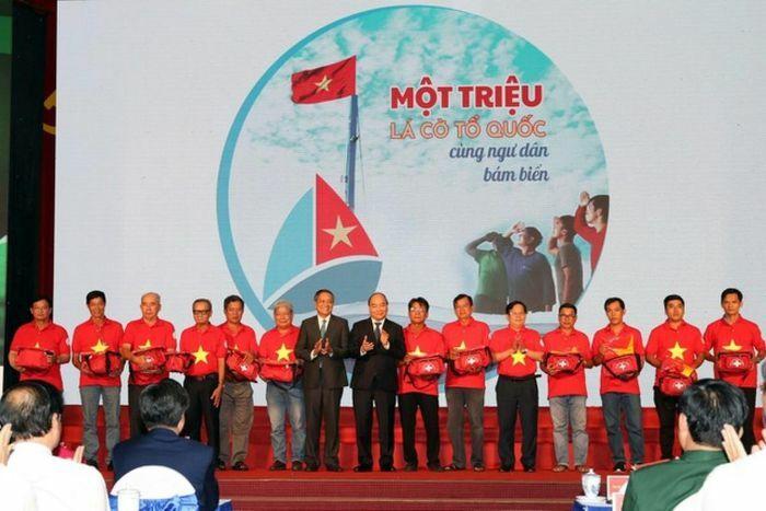 Chủ tịch nước gửi tặng 5.000 lá cờ cho ngư dân vùng biển đảo cả nước - ảnh 1