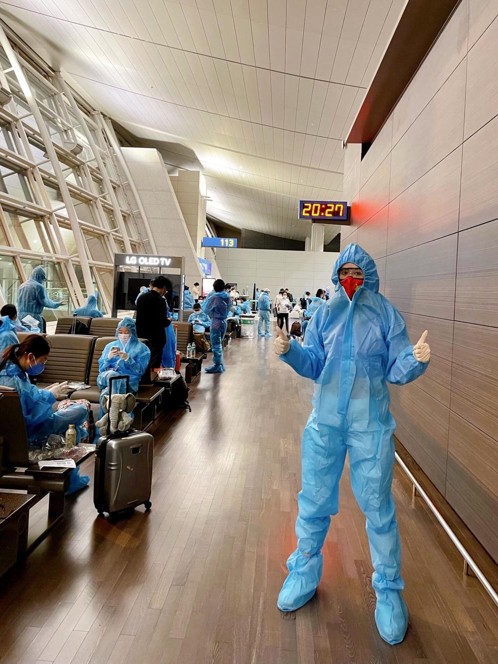 Khánh Vân mặc đồ bảo hộ kín mít, ra sân bay chuẩn bị về Việt Nam - ảnh 1