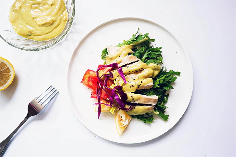 Bữa trưa thú vị với salad gà sốt bơ chuối - ảnh 1