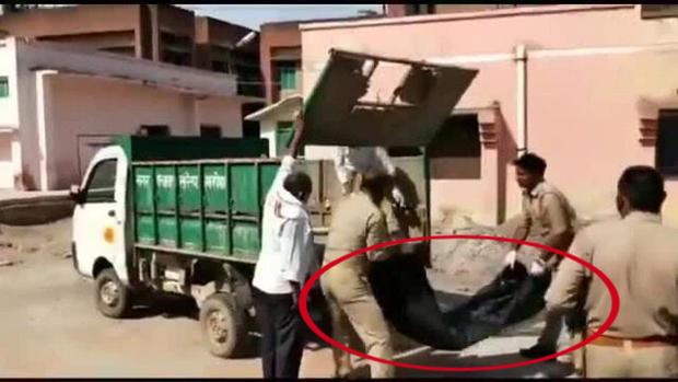 Cảnh sát vứt thi thể người chết lên xe chở rác, chi tiết sự thật phía sau còn gây phẫn nộ hơn thế