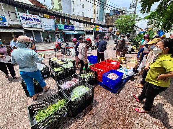 Bất ngờ được mua thịt, cá… giá siêu thị ngay ở vỉa hè TP.HCM