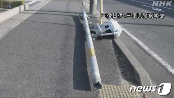 Hy hữu: Bị chó tè vào quá nhiều lần, cột đèn giao thông còn mới tinh bỗng nhiên đổ sập