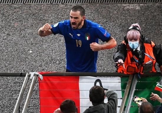 Bonucci bị ngăn trở lại sân vì giống… CĐV quá khích