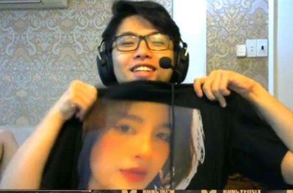 ADC in hình lên gối đã là gì, Lai Bâng khoe áo có mặt bạn gái ngay trên sóng livestream - ảnh 1