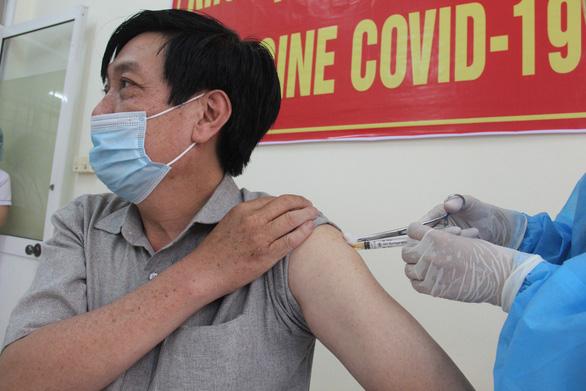 Nhiều người Đà Nẵng không được mời vẫn đến nơi tiêm vắc xin COVID-19 - ảnh 1