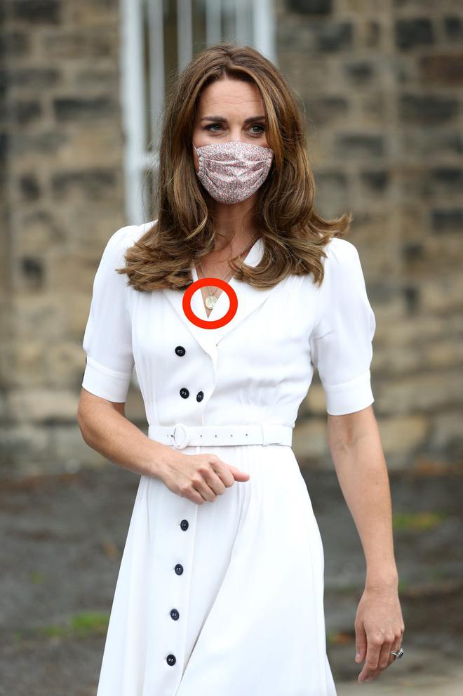 Công nương Kate luôn đeo 1 chiếc dây chuyền siêu giản dị, ý nghĩa đằng sau khiến ai nấy xúc động - ảnh 1