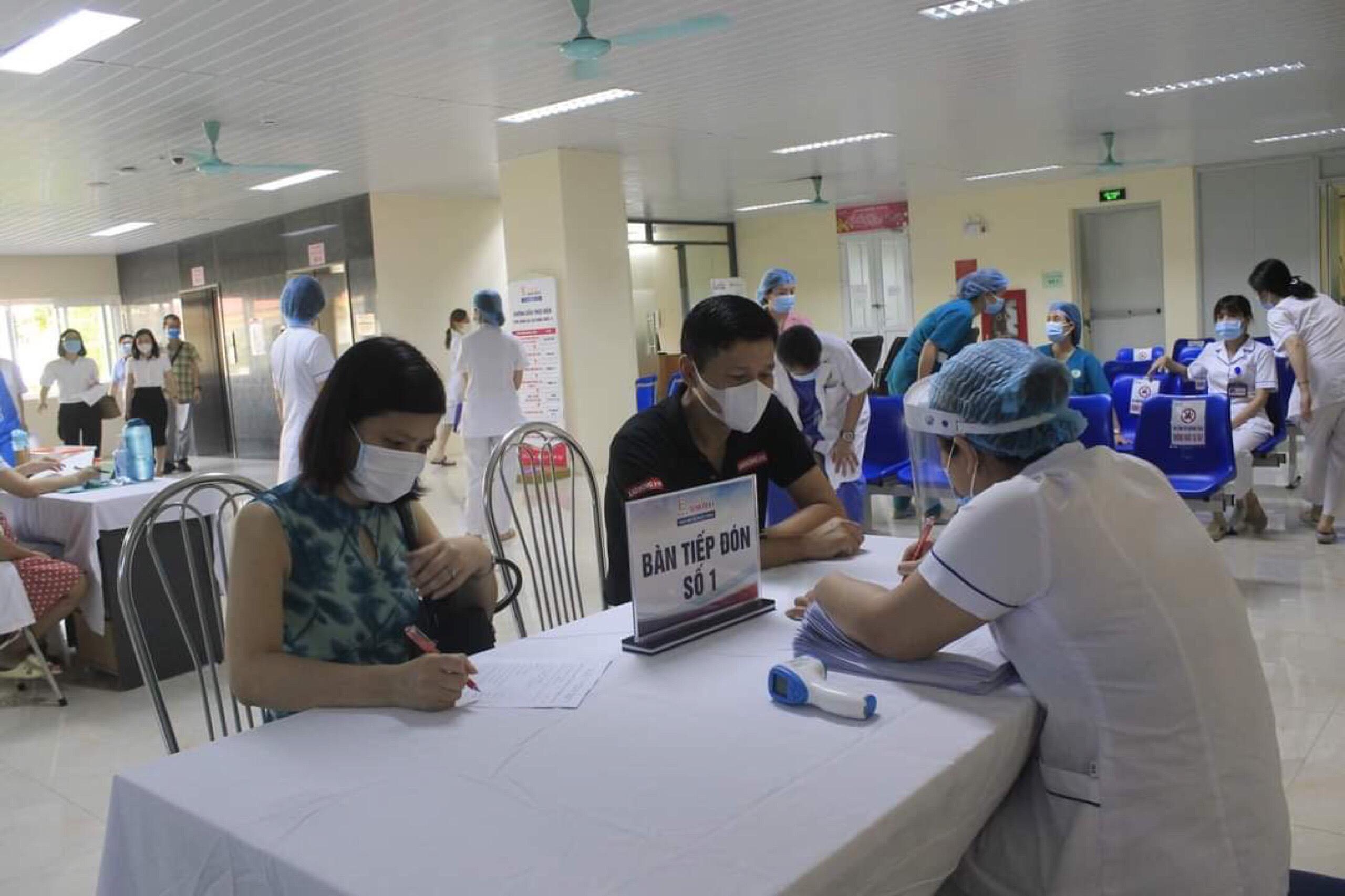 Người dân đến điểm tiêm chủng vắc xin COVID-19 theo giờ hẹn để đảm bảo giãn cách - ảnh 1